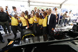 Sadie Khan, Mayor of London, a group of children who took part in a Pit Stop Challenge