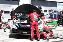 Mechaniker am Unfallauto von Tiago Monteiro, Honda Racing Team JAS, Honda Civic WTCC