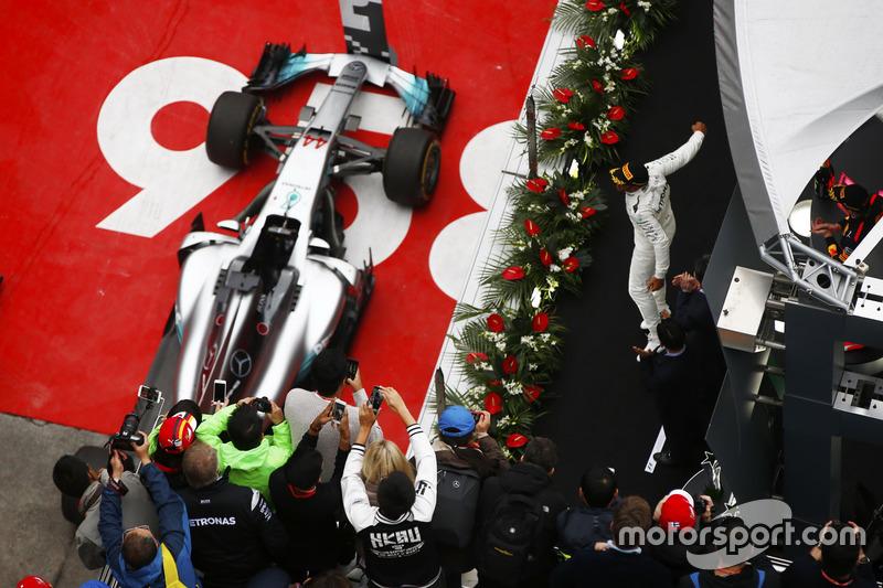 Lewis Hamilton poydumda zaferini kutluyor