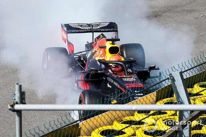 Max Verstappen, Red Bull Racing RB15, choca en el inicio de la carrera.