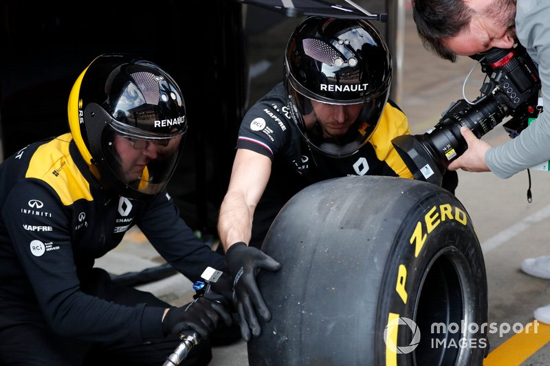 Mecánica del Renault F1 Team con neumáticos Pirelli y cámara.