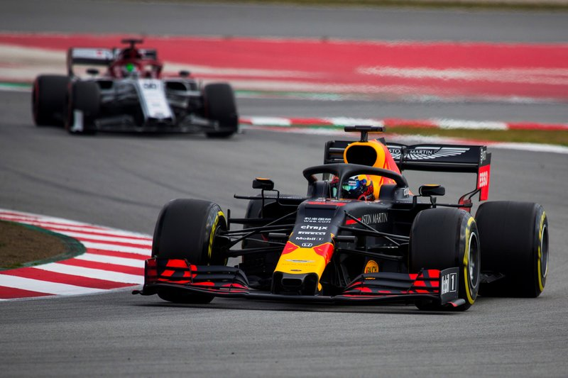 Pierre Gasly, Red Bull Racing RB15, precede Antonio Giovinazzi, Alfa Romeo Racing C38