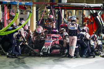 Sergio Perez, Racing Point Force India VJM11, effettua un pit stop