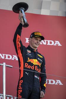 Max Verstappen, Red Bull Racing, festeggia sul podio, con il trofeo
