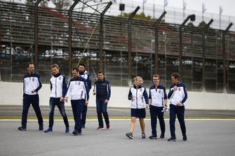 Sergey Sirotkin, Williams Racing, ispeziona il circuito con i colleghi