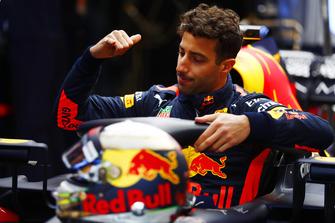 Daniel Ricciardo, Red Bull Racing RB14, si cala nell'abitacolo della sua monoposto