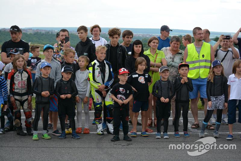 Тимур Кулєшов разом із учасниками дитячих мотоперегонів