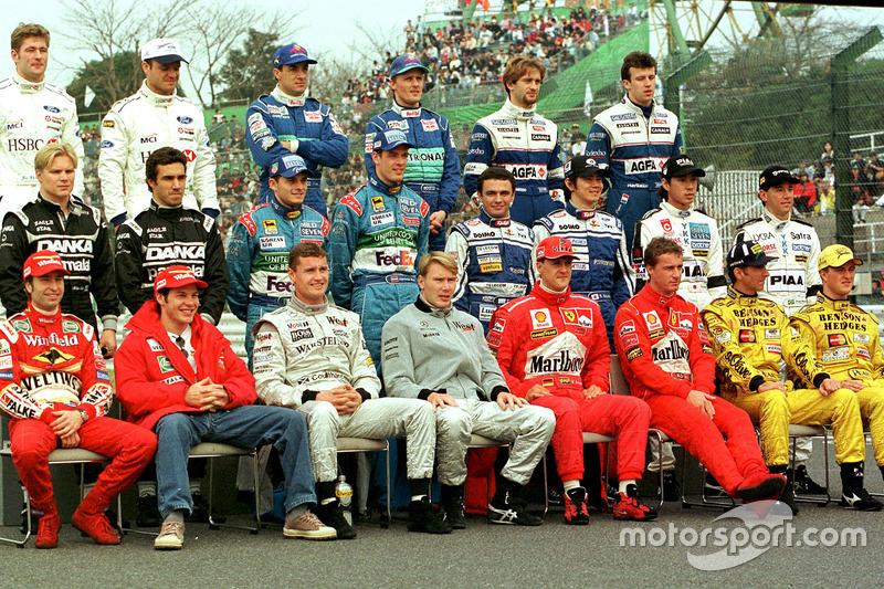 Gruppenfoto: Die Formel-1-Fahrer der Saison 1998 vor dem Finale in Suzuka