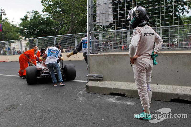Nico Rosberg, Mercedes AMG F1 W07 Hybrid se detiene en la segunda práctica