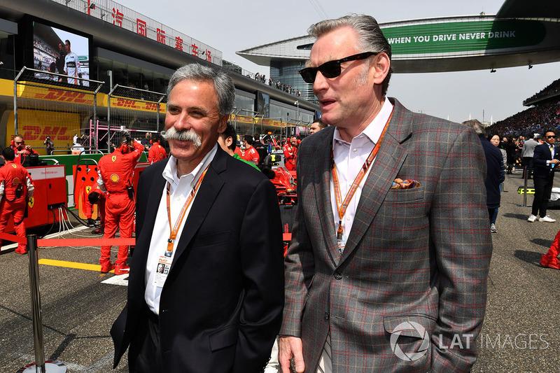 Chase Carey, directeur exécutif du Formula One Group et Sean Bratches, directeur des opérations commerciales du Formula One Group, sur la grille
