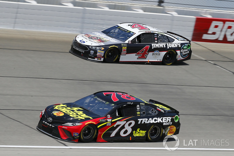 Martin Truex Jr., Furniture Row Racing, Toyota Camry 5-hour ENERGY/Bass Pro Shops e Kevin Harvick, Stewart-Haas Racing, Ford Fusion Jimmy John's Kickin' Ranch