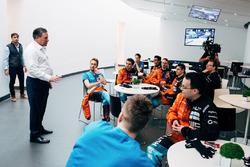 Zak Brown, Direktör, McLaren Technology Group ve McLaren Dünyanın en hızlı oyuncusu katılımcısı (World's Fastest Gamer)