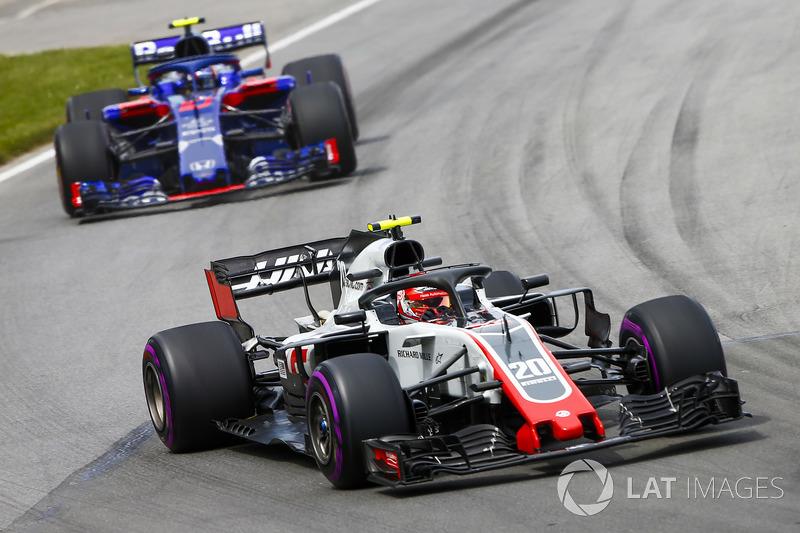 Kevin Magnussen, Haas F1 Team VF-18, leads Pierre Gasly, Toro Rosso STR13