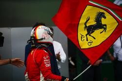 Sebastian Vettel, Ferrari, festeggia la vittoria sventolando una bandiera con il Cavallino Rampante
