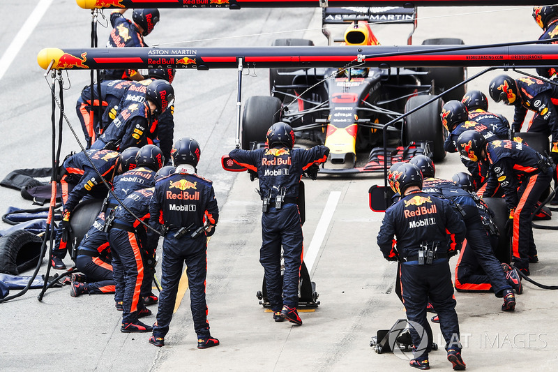 Daniel Ricciardo, Red Bull Racing RB14, comes in for a stop