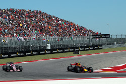 Max Verstappen, Red Bull Racing RB13 and Esteban Ocon, Sahara Force India VJM10 battle for position
