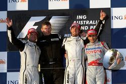 Podio: il secondo classificato Rubens Barrichello, Brawn GP, Ross Brawn, Team Principal Brawn GP, Jenson Button, Brawn GP, il terzo classificato Jarno Trulli, Toyota