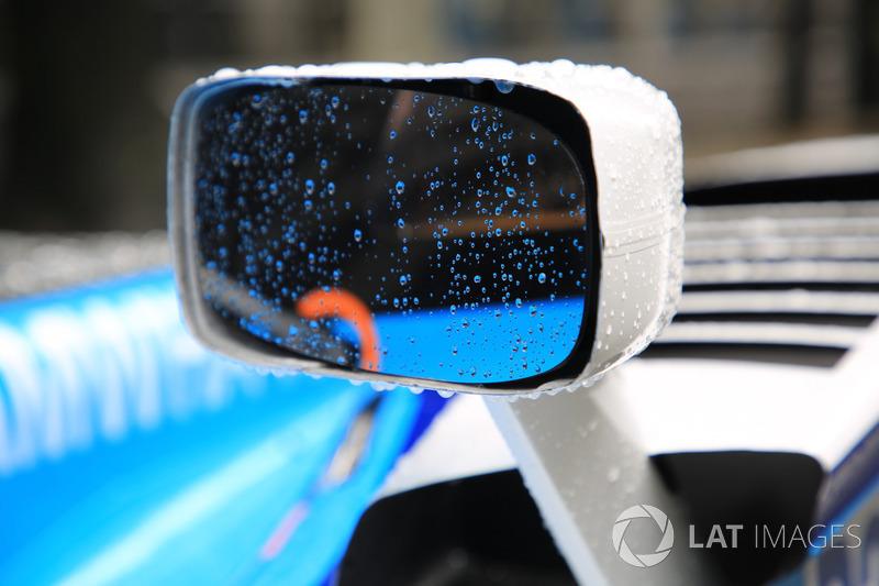 Dettaglio della pioggia su una vettura