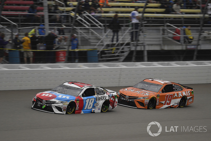 Kyle Busch, Joe Gibbs Racing, Toyota Camry M&M's Red White & Blue e Daniel Suarez, Joe Gibbs Racing