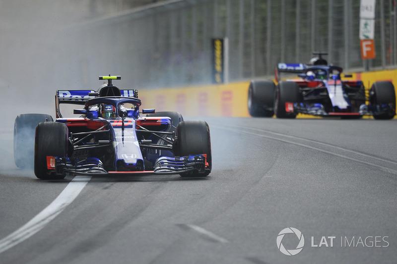 Pierre Gasly, Scuderia Toro Rosso STR13 locks up avoiding Brendon Hartley, Scuderia Toro Rosso STR13