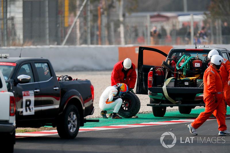 Fernando Alonso, McLaren MCL33, inspects his rear wheel