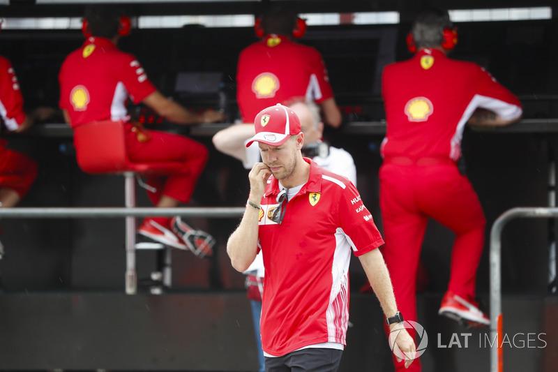 Après son accident, Sebastian Vettel, Ferrari, parle à Maurizio Arrivabene, Team Principal, Ferrari, et Jock Clear, directeur de l'ingénierie Ferrari
