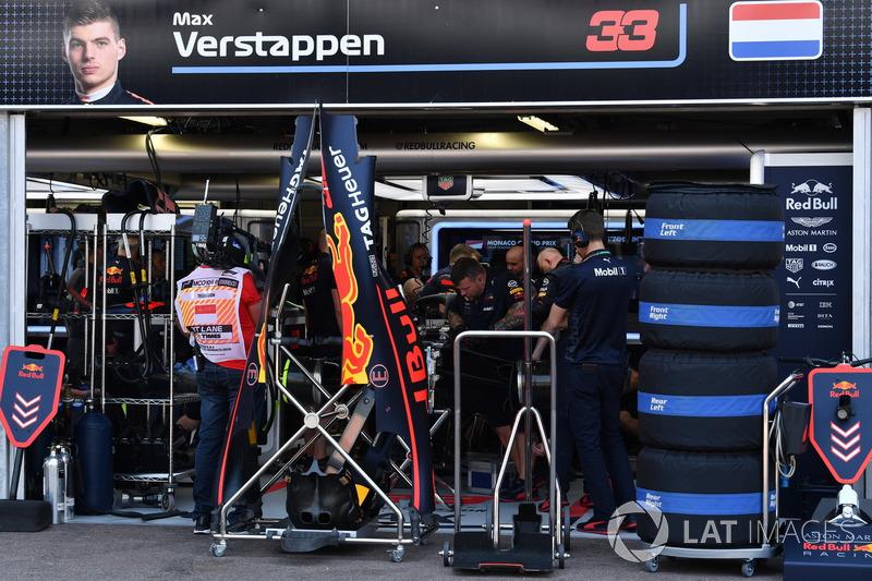 Mekanik Red Bull Racing tengah memperbaiki mobil Max Verstappen
