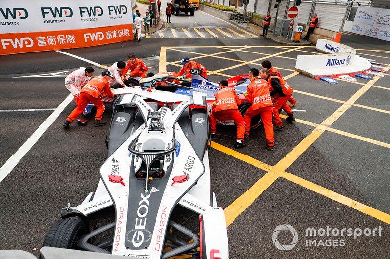 Marshals work to remove the cars of Felipe Nasr, Dragon Racing, Penske EV-3, Pascal Wehrlein, Mahindra Racing, M5 Electro after colliding