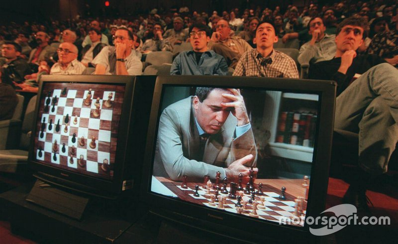 Гарри Каспаров проиграл шахматный матч суперкомпьютеру Deep Blue, который разработала компания IBM