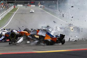Fernando Alonso, McLaren MCL33, impatta contro la monoposto di Charles Leclerc, Sauber C37, dopo il contatto con Nico Hulkenberg, Renault Sport F1 Team R.S. 18, alla partenza