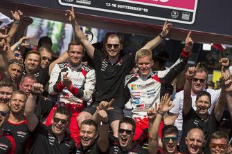 Winnaars Ott Tänak, Martin Järveoja, Toyota Gazoo Racing WRT Toyota Yaris WRC met het team