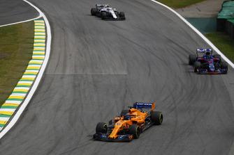 Fernando Alonso, McLaren MCL33, Brendon Hartley, Toro Rosso STR13, y Charles Leclerc, Sauber C37