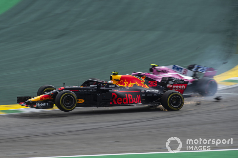Max Verstappen, Red Bull Racing RB14, tertabrak Esteban Ocon, Racing Point Force India VJM11