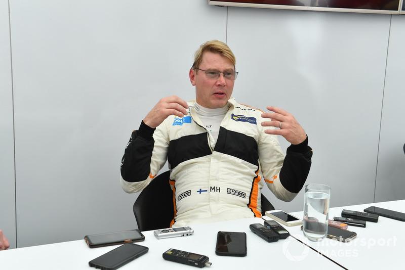 Mika Hakkinen avec les médias lors des Legends F1 30th Anniversary Lap Demonstration