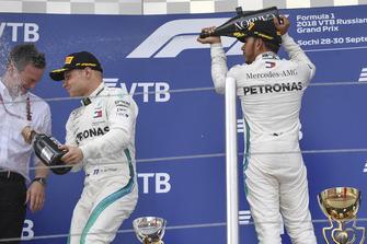 James Allison, directeur technique Mercedes AMG F1, Valtteri Bottas, Mercedes AMG F1 et Lewis Hamilton, Mercedes AMG F1 avec du champagne sur le podium