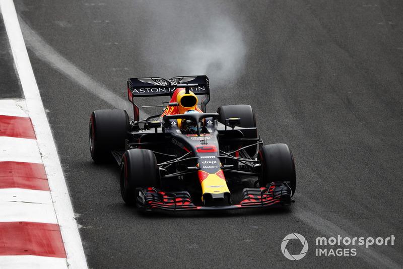 Daniel Ricciardo, Red Bull Racing RB14, sufre una falla del motor