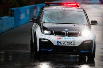 Le directeur de course Scot Elkins analyse les conditions dans sa BMW i3