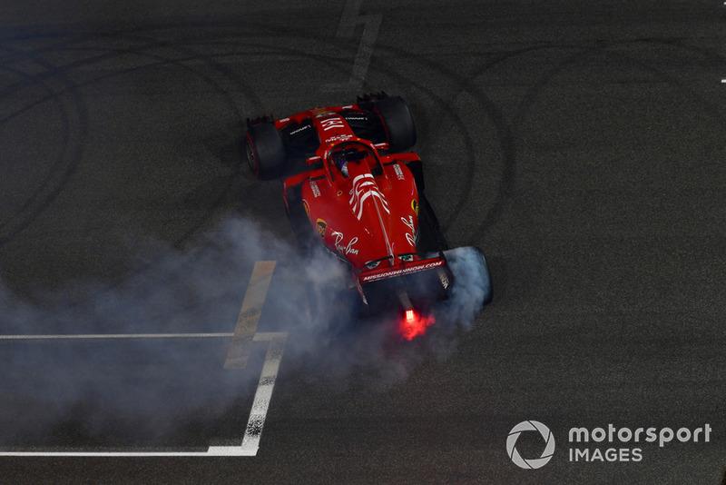 Sebastian Vettel, Ferrari SF71H, esegue dei donut alla fine della gara
