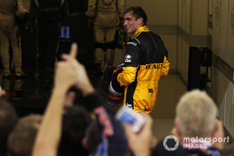 После гонки Фернандо даже помахал кулаком Петрову, однако тот на провокацию не повелся. Для Виталия та гонка стала одной из лучших в карьере