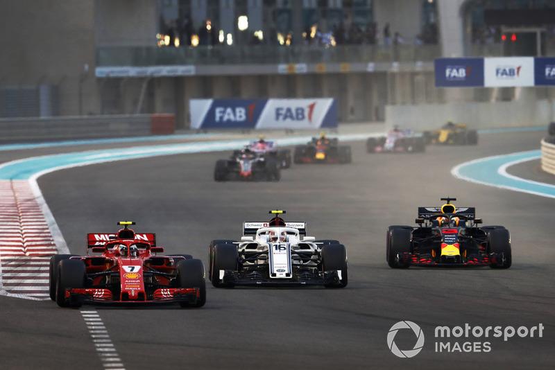 Kimi Raikkonen, Ferrari SF71H, Charles Leclerc, Sauber C37, e Daniel Ricciardo, Red Bull Racing RB14, lottano alla partenza della gara