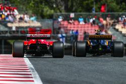 Себастьян Феттель, Ferrari SF70H, и Джолион Палмер, Renault Sport F1 RS17