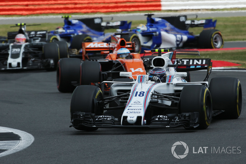Lance Stroll, Williams FW40, Fernando Alonso, McLaren MCL32, Kevin Magnussen, Haas F1 Team VF-17