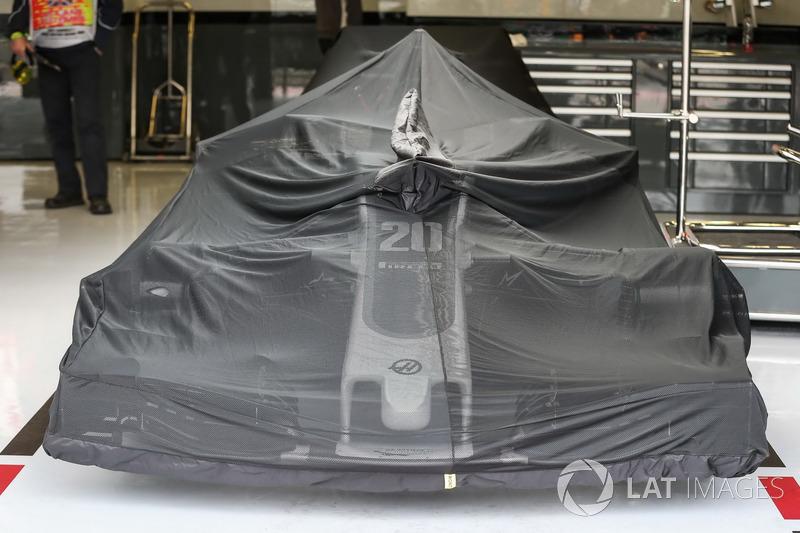 Haas F1 Team VF-17 cubierto en el garaje