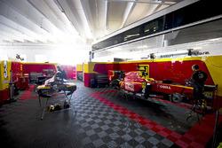 Des mécaniciens préparent les voitures de Louis Deletraz, Racing Engineering et Gustav Malja, Racing Engineering