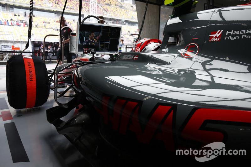 Kevin Magnussen, Haas F1 Team, schaut auf den Monitor im Cockpit