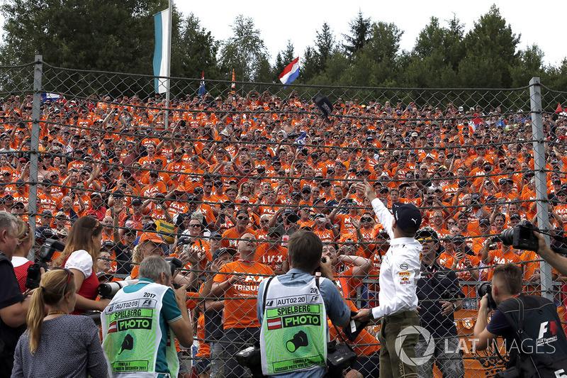 Ведущий RTL Presenter Кай Эбель и гонщики Red Bull Racing Даниэль Риккардо и Макс Ферстаппен, Red Bu
