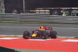 Max Verstappen, Red Bull Racing RB13 choca con otro auto