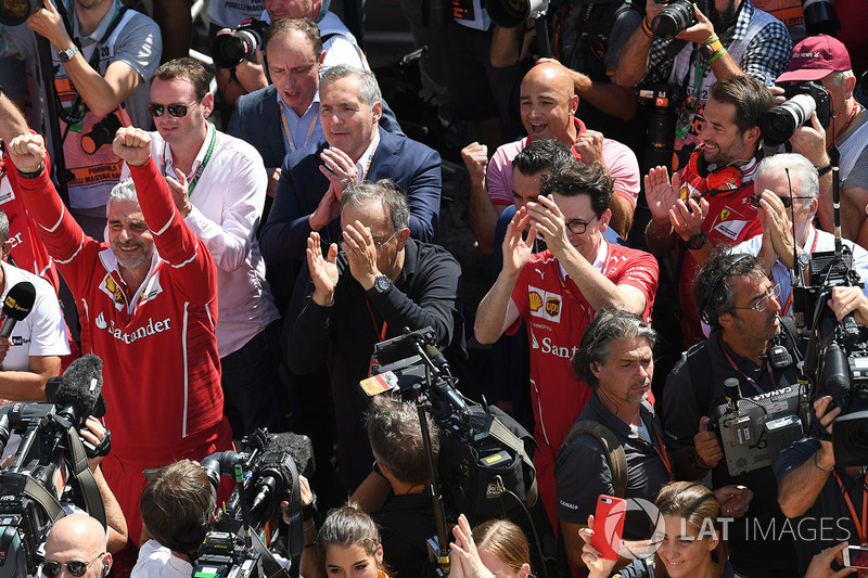 Maurizio Arrivabene, director del equipo Ferrari, Sergio Marchionne, CEO de FIAT, Mattia Binotto, Ferrari director técnico y Piero Lardi Ferrari, Ferrari Vice Presidente celebrar con el equipo