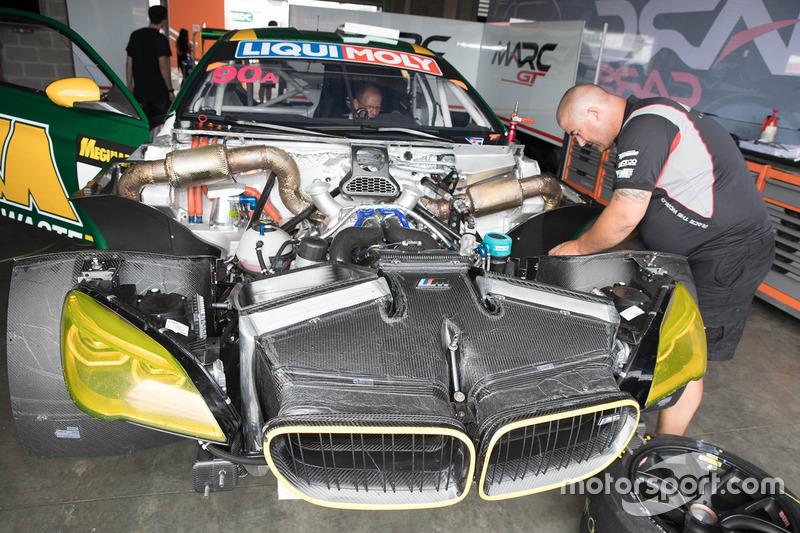 Miembros del equipo BMW Z4 GT3 en el trabajo