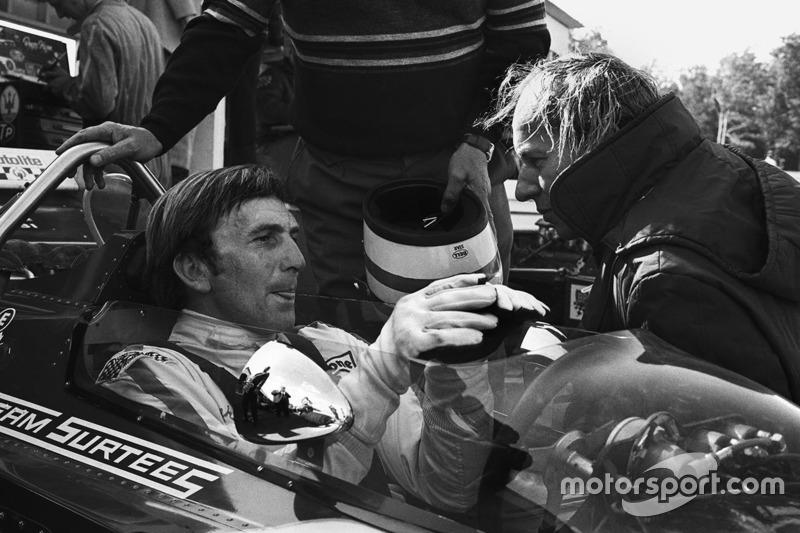 Дерек Белл, Surtees TS7-Ford, и руководитель команды Джон Сертиз